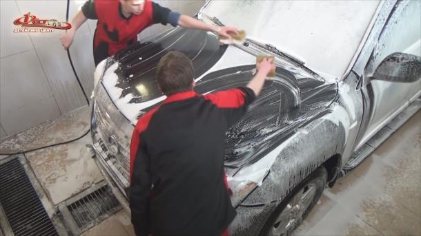 Мойка автомобиля - ручная мойка (2-я фаза) при помощи варежек или губок