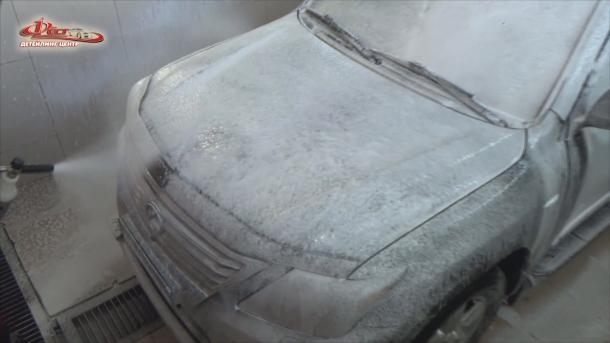 Мойка автомобиля - нанесение PH-нейтрального шампуня для удаления статических загрязнений