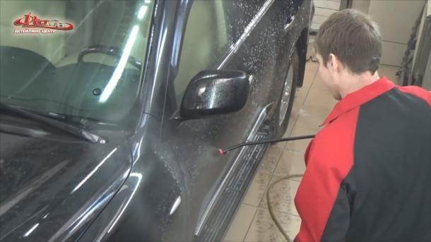 Мойка автомобиля - нанесение состава для бесконтактной мойки